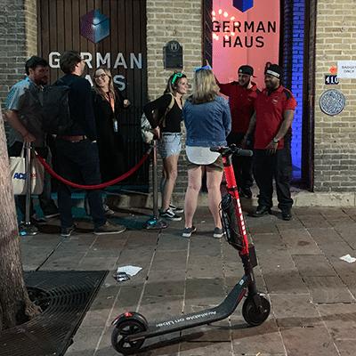 JUMP E-Scooter von Uber vor dem German House auf der SXSW
