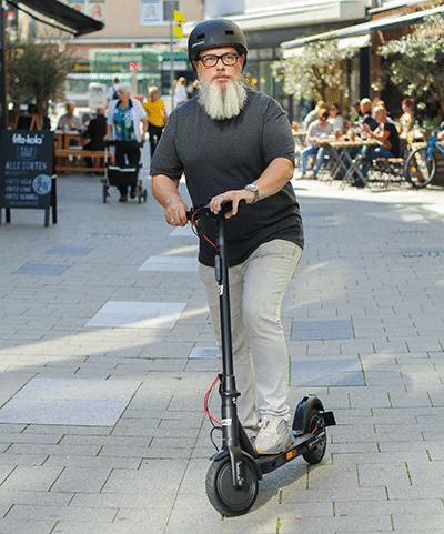 Mit dem Trittbrett E-Scooter in der Mülheimer Innenstadt
